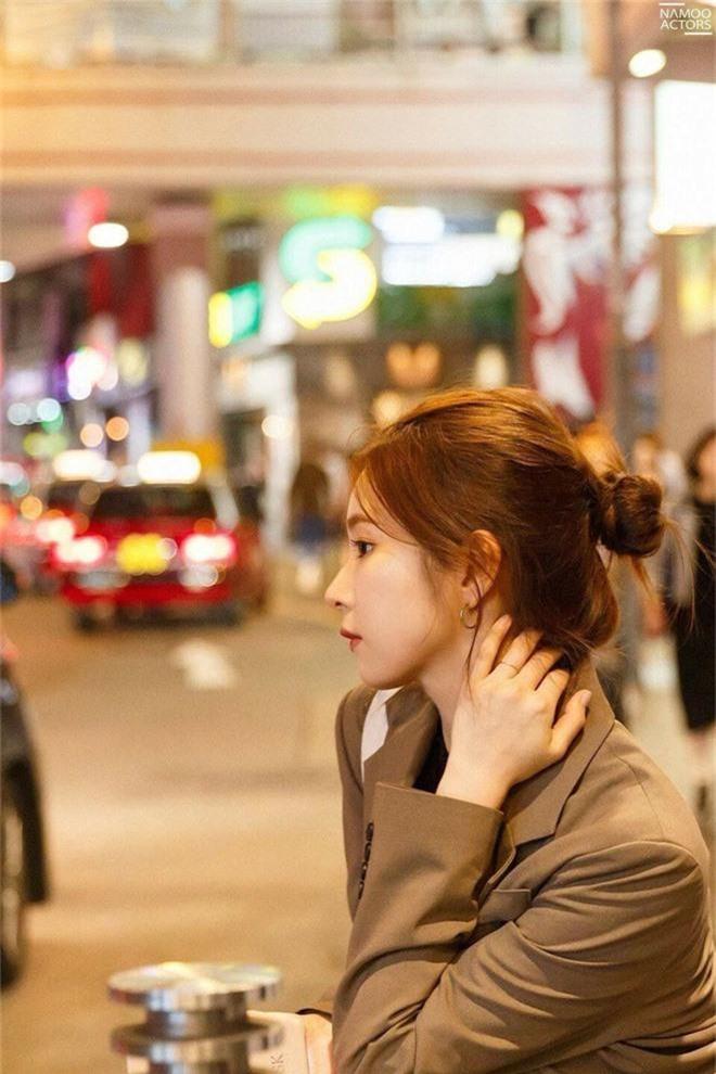 Ai ngờ có ngày mỹ nhân mặt đơ Kbiz lại khiến dân tình rơi vào mê hồn trận chỉ vì ảnh sương sương du lịch Hong Kong - Ảnh 7.