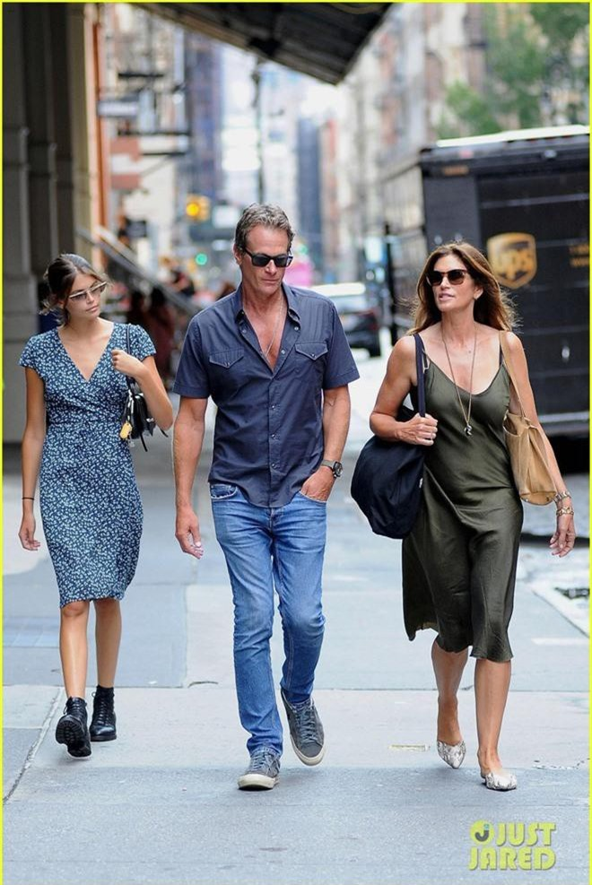 Dạo phố sương sương mà như đi catwalk chỉ có thể là gia đình Cindy Crawford, nhan sắc con gái Kaia gây chú ý lớn - Ảnh 4.