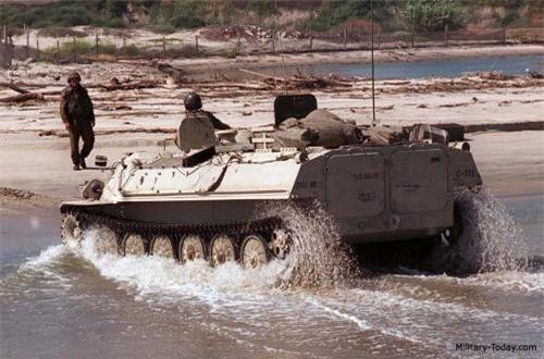 Xe cũng có khả năng bơi với tốc độ 5-6km/h nhưng không dùng chân vịt mà dùng bánh xích để bơi. Nguồn ảnh: Military-Today