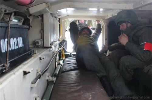 Khoang chở quân của MT-LB khá rộng cho phép chở tới 11 binh sĩ hoặc vài cáng cứu thương. Nguồn ảnh: Wikipedia