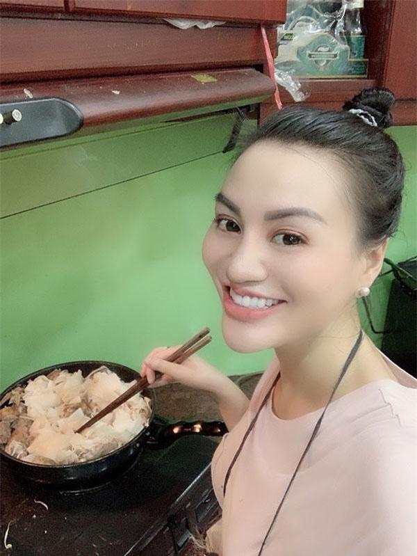 Công chúng biết đến Nữ hoàng Sắc đẹp doanh nhân Trần Huyền Nhung không chỉ thành công ngoạn mục về sắc đẹp, chị còn biết cách nấu những món ăn, lên thực đơn ăn uống hàng ngày để giữ dáng.