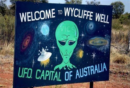 """Chào mừng tới Wycliffe Well, thủ đô UFO của Australia"""" là nội dung một tấm biển báo bên lề một đường cao tốc dẫn tới thị trấn Wycliffe Well."""