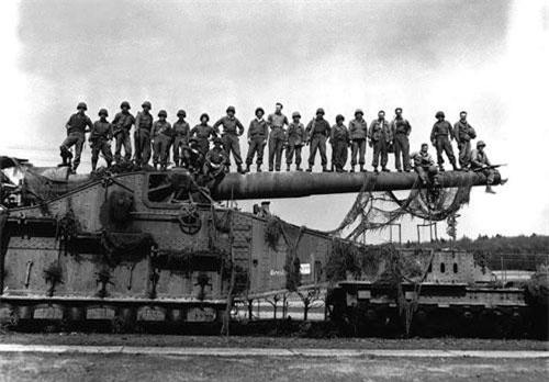 Năm 1934, điều duy nhất ngăn cản trùm phát xít Hitler xâm lược Pháp là phòng tuyến Maginot. Thực tế thì đây là rào cản duy nhất giữa Hitler và phần còn lại của Tây Âu. Phòng tuyến Maginot chạy từ sông Rhine tới La Ferté bao gồm các lô cốt bê tông, các boong-ke và đường sắt.