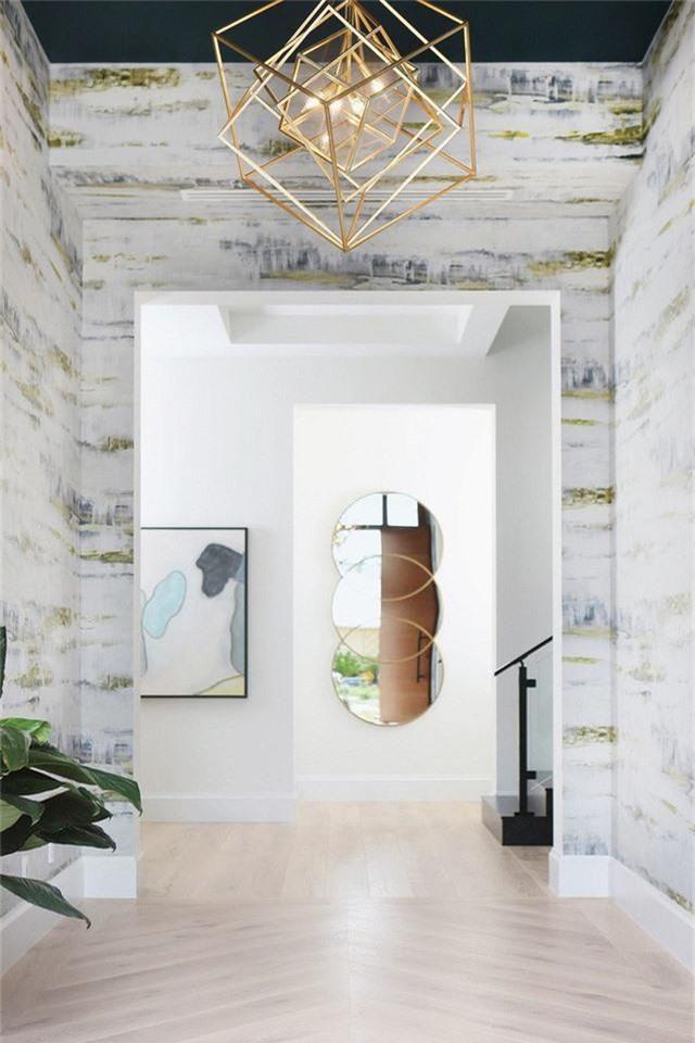 Một đèn chùm bằng đồng tuyệt vời sẽ giúp thay đổi cái nhìn của lối đi vào trong nhà bạn.
