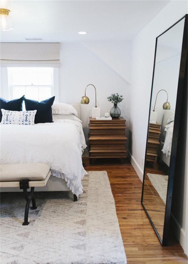 Một chiếc gương cỡ lớn trong phòng ngủ của bạn có ý nghĩa thiết thực, bạn có thể sử dụng nó để mặc quần áo.
