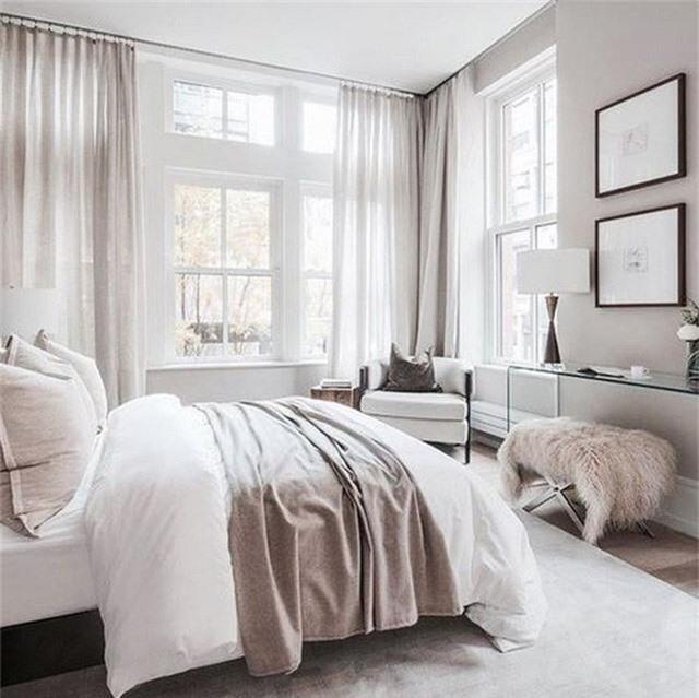 Một phòng ngủ trung tính với những điểm nhấn của màu hồng để làm cho nó lôi cuốn và thêm cảm giác nữ tính.