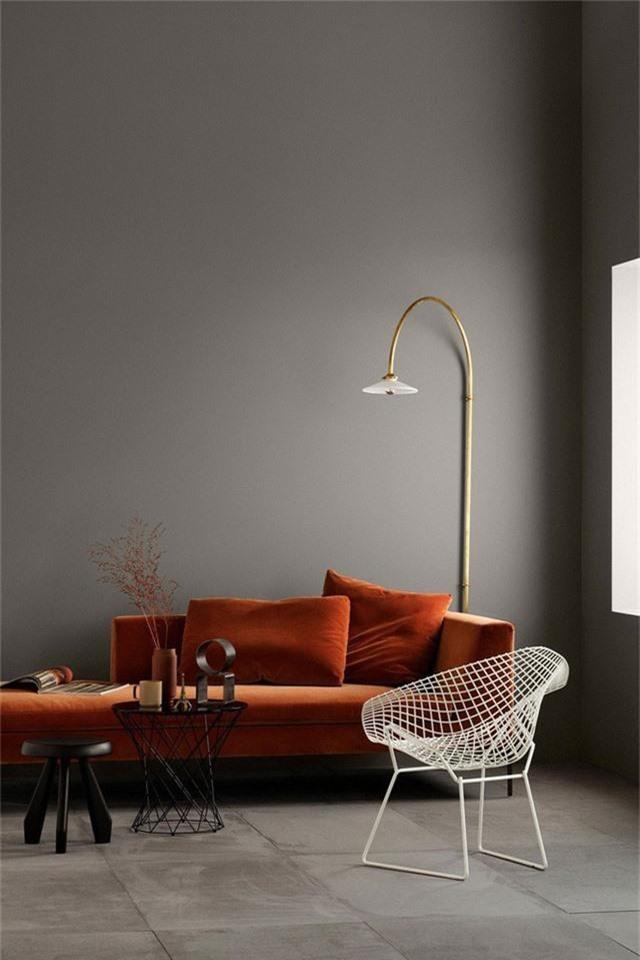 Một chiếc ghế sofa nhung màu rỉ sét trong một không gian trầm sẽ mang tới sự tinh tế và sang trọng.