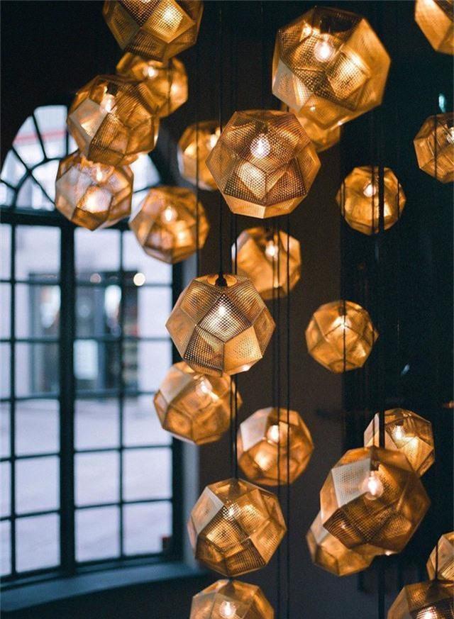 Đèn chiếu sáng dây màu vàng sẽ giúp làm nổi bật trần và cầu thang.