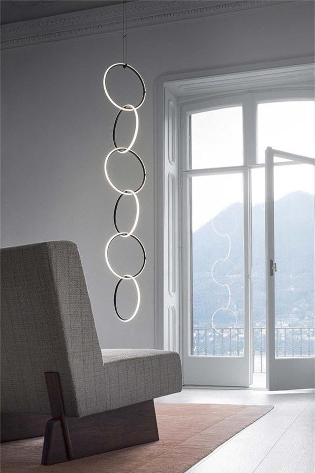 Đèn hình vòng tròn ánh sáng là một ý tưởng đương đại độc đáo cho một không gian tối giản như thế này.