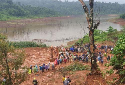 Rất đông người dân và lực lượng chức năng tiến hành tìm kiếm các nạn nhân