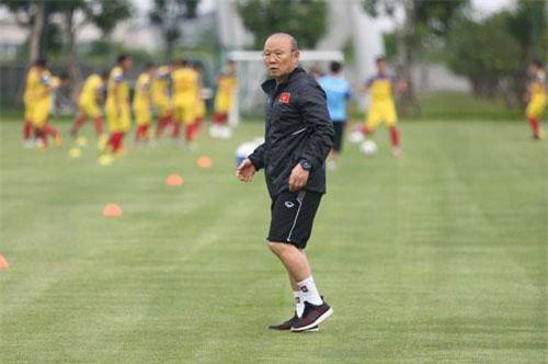 HLV Park Hang Seo đối diện với bài toán khó khi vòng loại World Cup diễn ra sát với SEA Games (ảnh: Gia Hưng)