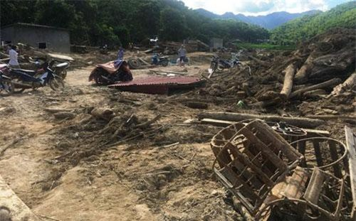 Hàng chục ngôi nhà tại bản Sa Ná, xã Na Mèo, huyện Quan Sơn đã bị
