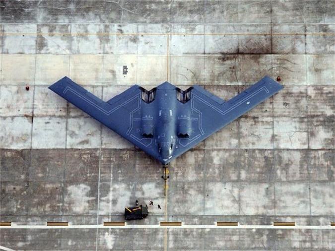Northrop Grumman B-2 Spirit là một máy bay ném bom tàng hình chiến lược của Không quân Mỹ đi vào vận hành năm 1989. Chiến đấu cơ này có khả năng thâm nhập vào lưới phòng thủ phức tạp và có thể thực hiện các cuộc tấn công ở độ cao lên tới 15.240m. Chi phí ban đầu của B-2 là 737 triệu USD song năm 1997, sau khi điều chính và trang bị thêm bộ phận mới, tổng chi phí của nó lên tới 2,1 tỷ USD khiến chiến đấu cơ này trở thành máy bay đắt đỏ nhất từng được sản xuất. Đó là chưa kể B-2 tốn tới 135.000 USD cho mỗi giờ hoạt động.