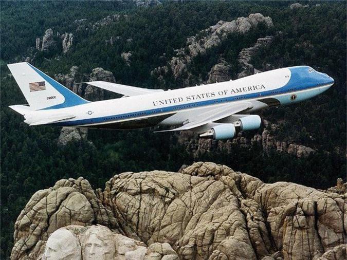 Hai chiếc Boeing VC-25 phục vụ Tổng thống Mỹ là phiên bản quân sự được điều chỉnh của Boeing 747-200 với giá khoảng 660 triệu USD. Boeing VC-25 bắt đầu vận hành vào năm 1990 và trong 1 giờ bay, hai chiếc máy bay này