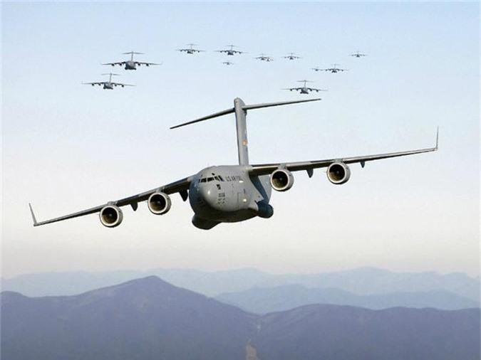 C-17 Globemaster III là một máy bay vận tải quân sự được sử dụng để chở người, các thiết bị và phương tiện chiến đấu. Máy bay này ban đầu được sản xuất cho Không quân Mỹ nhưng hiện được nhiều quốc gia trên thế giới sử dụng như Anh, Australia, Canada, Qatar, Các Tiểu vương quốc Arab thống nhất (UAE), Ấn Độ và Kuwait. C-17 Globemaster III có chi phí rơi vào tầm 328 - 368 triệu USD và nối tiếng duy trì được độ ổn định cao. Tải trọng tối đa của Globemaster là 85 tấn và trọng lượng cất cánh tối đa (MTOW) của nó là 293 tấn. Máy bay này có thể bay khoảng 4.482 km mà không cần tiếp nhiên liệu.