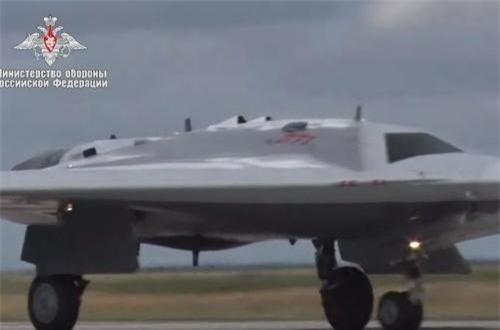 """Bộ Quốc phòng Nga vừa đăng tải đoạn video ghi lại hình ảnh chuyến bay đầu tiên của máy bay không người lái S-70 """"Okhonik"""" do Sukhoi phát triển. Đây được xem là UAV tàng hình đầu tiên của nước Nga. Ảnh: Bộ Quốc phòng Nga"""