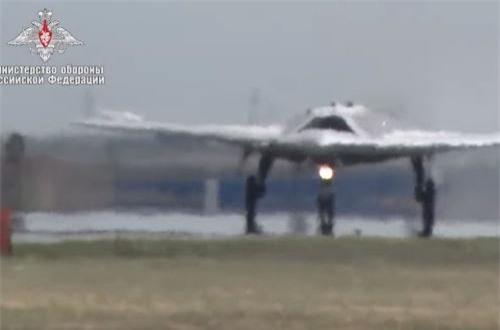 """Theo Bộ Quốc phòng Nga, chuyến bay được thực hiện hôm 3/8, chiếc UAV mang biệt danh """"Hunter"""" (thợ săn) đã thực hiện bài bay hơn 20 phút, lượt vài vòng ở độ cao 600m ngay trên không phận sân bay và sau đó hạ cánh thành công. Ảnh: Bộ Quốc phòng Nga"""
