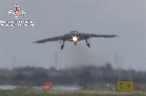 """S-70 thiết kế với dạng """"cánh bay"""" với hình dáng khá giống các loại UAV tàng hình của Mỹ hay máy bay ném bom tàng hình B-2A Spirit. Ảnh: Bộ Quốc phòng Nga"""