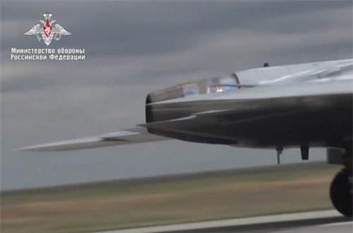 Đáng chú ý, thay vì phát triển loại động cơ riêng dành cho UAV, Sukhoi sử dụng ngay mẫu động cơ tuốc bin phản lực cánh quạt đẩy (turbofan) AL-31F hoặc AL-41F của dòng Su-30/35. Ảnh: Bộ Quốc phòng Nga