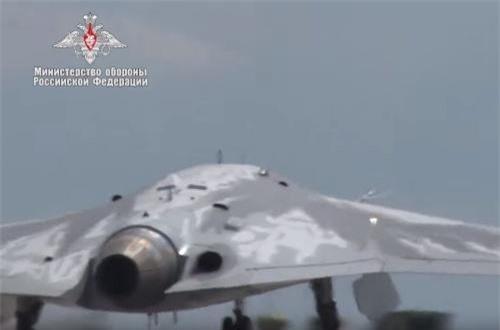 Tuy loại động cơ này không cho phép máy bay đạt tốc độ siêu âm, nhưng tốc độ của S-70 tương đối nhanh lên tới 1.000km/h, tầm bay tới 6.000km. Ảnh: Bộ Quốc phòng Nga