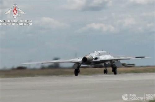 Bên cạnh đó, theo một số nguồn tin không chính thức, S-70 có kích cỡ tương đương với một chiếc tiêm kích tàng hình Sukhoi Su-57. Ảnh: Bộ Quốc phòng Nga