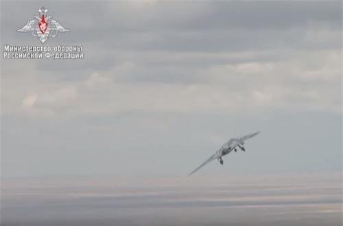Nó có trọng lượng rỗng ước tính 20 tấn, sải cánh 20m, trong ki trọng lượng rỗng của Su-57 chỉ là 18 tấn, sải cánh 14m. Ảnh: Bộ Quốc phòng Nga