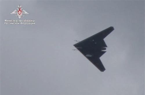 Ở dưới bụng S-70 có thể trang bị hai khoang vũ khí trong thân cho phép triển khai 2 tấn bom - đạn dẫn đường thông minh - sức chở tương đương với tiêm kích hạng nhẹ như MiG-21. Ảnh: Bộ Quốc phòng Nga