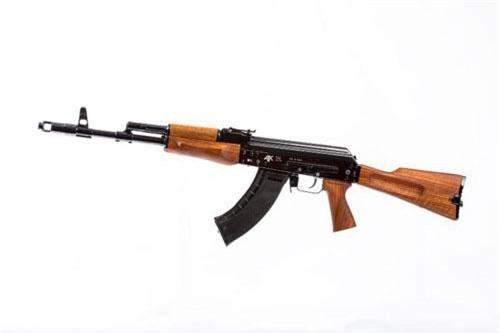 Mạng Arms-Expo vừa đăng tải bộ ảnh của Kalashnikov Media giới thiệu khẩu súng trường họ AK thế hệ mới nhưng là dành cho dân sự nhân kỷ niệm 70 năm thành lập. Nguồn ảnh: Kalashnikov Media
