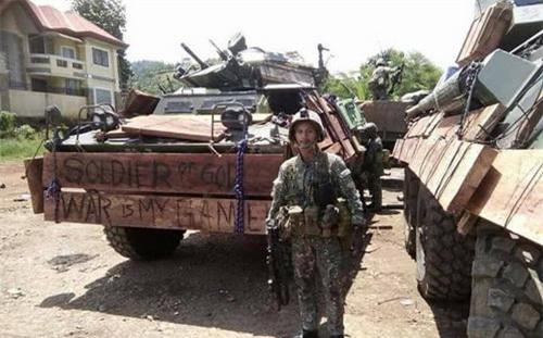 Xe bọc thép chở quân của Philippines mang những tấm gỗ gia cố phần mũi và hai bên sườn. Ảnh: Max Defense Philippines.