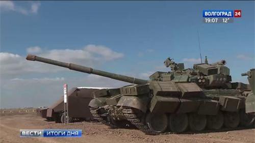 Xe tăng T-90A của quân đội Nga được gia cố bằng những hòm gỗ quanh tất cả các mặt. Ảnh: Volgograd 24.
