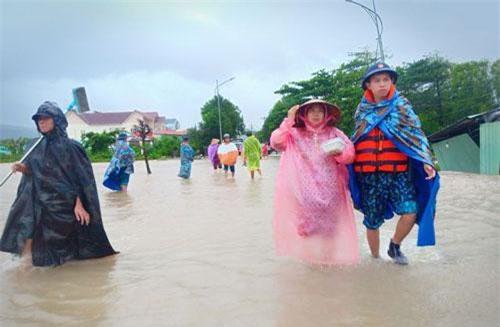 Các chiến sĩ vùng 5 Hải quân túc trực hỗ trợ người dân qua những khu vực nước chảy xiết