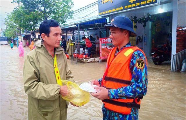 Ngày thứ 8 Phú Quốc ngập lụt: Lũ rút dần, tiếp tục sơ tán dân - 11