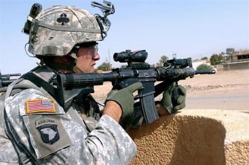 Đầu tiên phải nhắc tới khẩu M4 Carbine hiện đang được sử dụng bởi quân đội Mỹ. Khẩu súng này là phiên bản nhỏ nhẹ hơn của khẩu M16A2 và cũng sử dụng cỡ đạn 5,56x45mm chuẩn NATO. Nguồn ảnh: Forces.