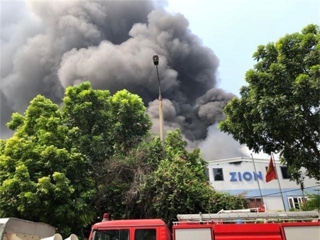 Cháy lớn ngùn ngụt gần Aeon Mall Long Biên, Hà Nội - Ảnh 2.
