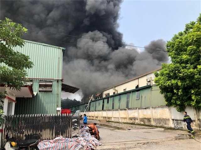 Cháy lớn ngùn ngụt gần Aeon Mall Long Biên, Hà Nội - Ảnh 3.