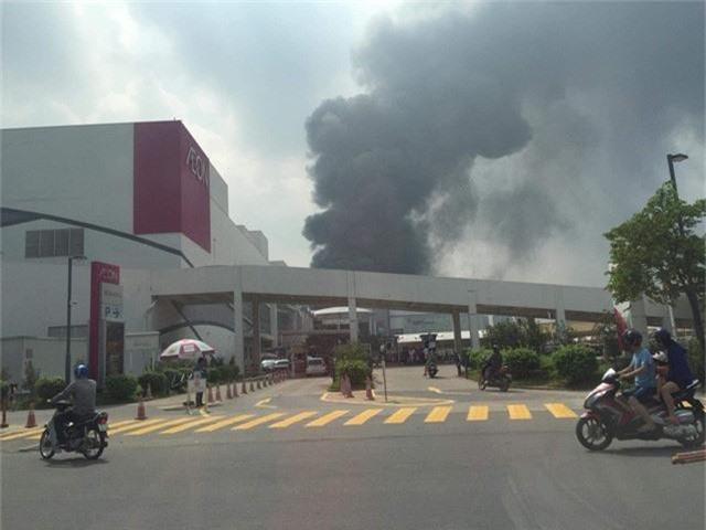 Cháy lớn ngùn ngụt gần Aeon Mall Long Biên, Hà Nội - Ảnh 5.