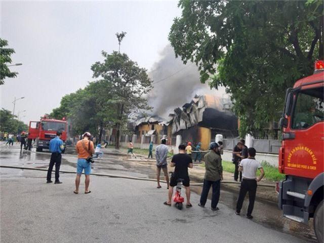 Cháy lớn ngùn ngụt gần Aeon Mall Long Biên, Hà Nội - Ảnh 8.