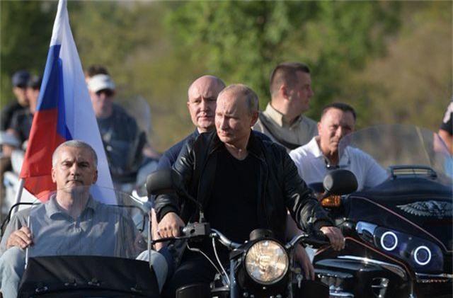 Ông Putin diện áo da, cưỡi xe máy phân khối lớn ở Crimea - 2