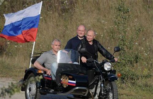 Tổng thống Putin chở 2 quan chức của bán đảo Crimea (Ảnh: Sputnik)