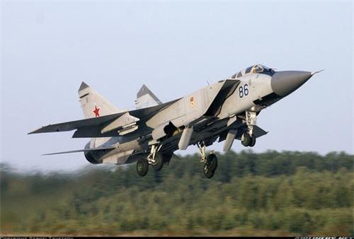 Tiêm kích đánh chặn tầm xa MiG-31 của Không quân Nga. Ảnh: Airlines.net.