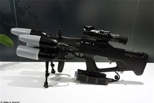 Trong khuôn khổ Diễn đàn Quân sự - Kỹ thuật Army 2019 diễn ra trong tháng 7, công nghiệp quốc phòng Nga lần thứ 4 giới thiệu súng chống máy bay không người lái cỡ nhỏ REX 1. Thực ra, súng là một khí tài điện tử không bắn ra viên đạn mà phát ra sóng âm gây nhiễu tín hiệu dẫn đường UAV khiến chúng mất kiểm soát và rơi xuống đất. Nguồn ảnh: Vitaly-Kuzmin
