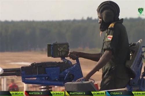 Sau khi nạp xong băng đạn 12,7mm để thực hành bài bắn, xạ thủ Sudan không làm thế nào để lên được đạn. Nguồn ảnh: Tzvezda