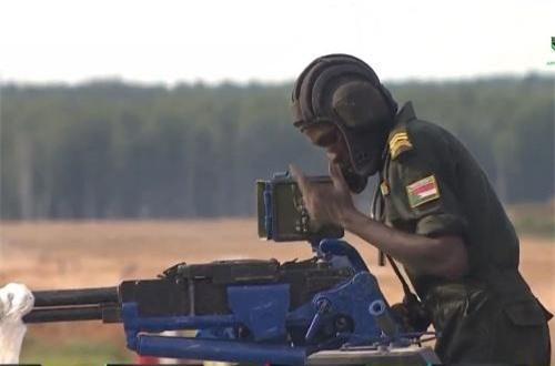 Xạ thủ 12,7mm của Sudan gần như bất lực hoàn toàn dù 5 phút đã trôi qua. Anh này như đang nói với ai đó hoặc với chính khẩu súng vì không hiểu tại sao không thể lên đạn. Nguồn ảnh: Tzvezda