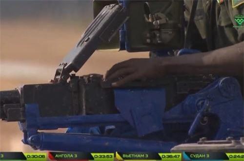Rốt cuộc, dường như đã có ai tìm ra vấn đề hỗ trợ, người xạ thủ này sau đó đã nạp lại băng đạn. Nguồn ảnh: Tzvezda