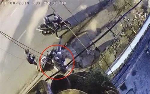 Cô gái bị hai thanh niên chặn đầu xe (ảnh cắt từ clip)