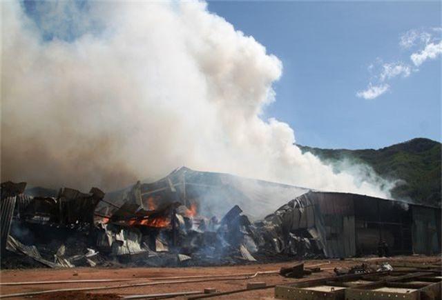 Đang cháy dữ dội trong khu công nghiệp, hàng trăm chiến sĩ vật lộn với bà hỏa - 2