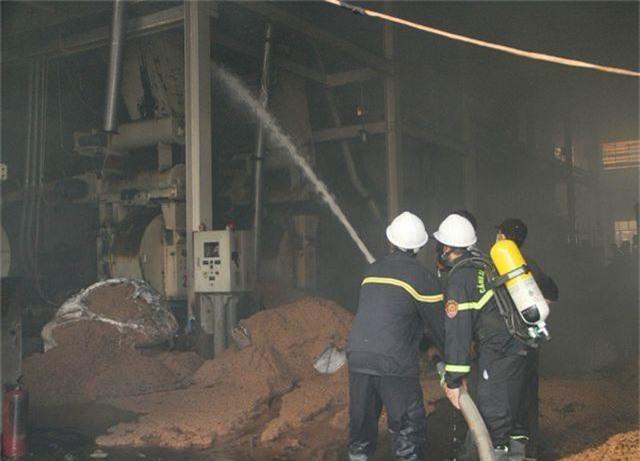 Đang cháy dữ dội trong khu công nghiệp, hàng trăm chiến sĩ vật lộn với bà hỏa - 3