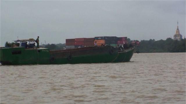 Công an nổ súng vây bắt 4 thuyền bơm hút, vận chuyển cát trái phép - 1