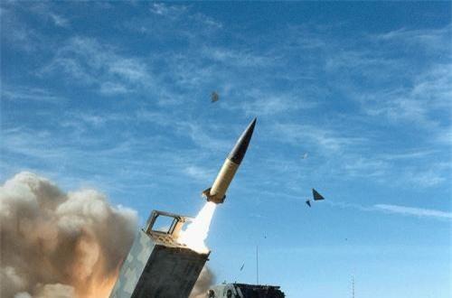 Đáng chú ý, đây là lần đầu tiên một loại tên lửa đạn đạo Triều Tiên mang dáng dấp hệ thống tên lửa đạn đạo Mỹ. Mà cụ thể ở đây là tên lửa tầm ngắn MGM-140 được Mỹ tích hợp trên các khung bệ pháo phản lực tự hành M270 MLRS hoặc M142 HIMARS, tên lửa có tầm bắn chỉ 160km. Nguồn ảnh: CACC