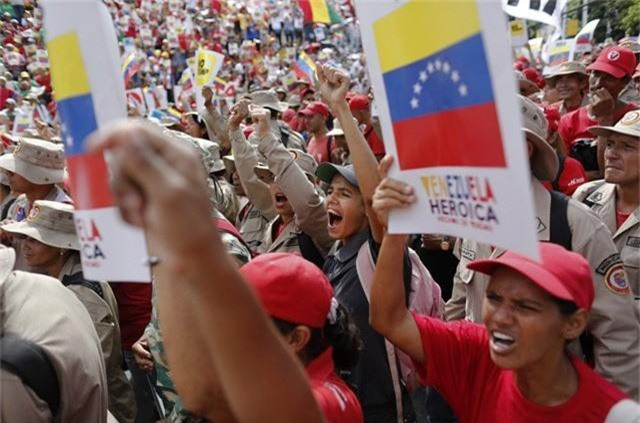 Venezuela thu thập chữ ký phản đối lệnh phong tỏa của Mỹ - Ảnh 2.